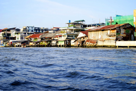 praya: Landscape with old houses in Bangkok on the river Chao Praya Stock Photo