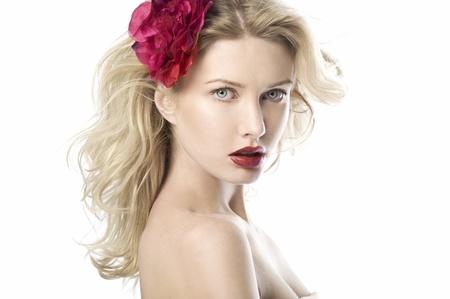 labios rojos: Mujeres de la belleza natural con flor sobre fondo blanco con labios rojos
