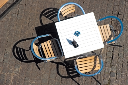 vysoký úhel pohledu: Tabulka v letní kavárně Reklamní fotografie