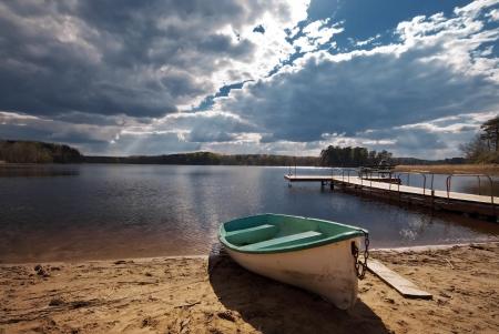 bateau: Bateau sur la plage, le mauvais temps Banque d'images