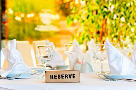 beautifully laid for supper table with a sign reserved Banque d'images