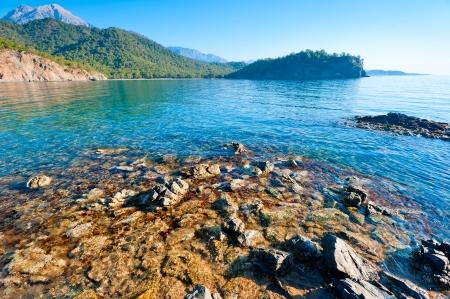 water s edge: bellissimo paesaggio marino, la baia e le montagne verdi