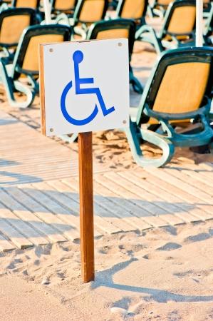 Ondertekenen rolstoel set op het strand bij de zee Stockfoto - 23106971