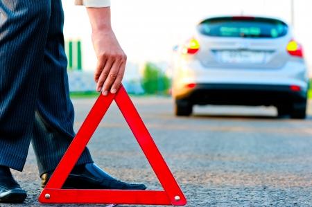 男は三角形の警告を設定します 写真素材