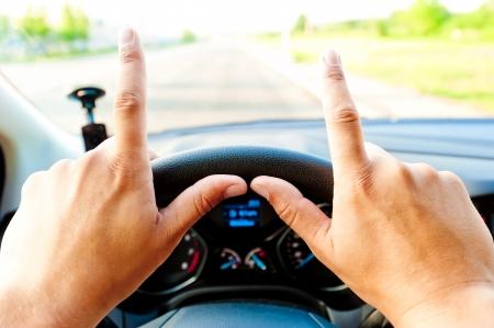 Mannelijke handen op het stuurwiel met uitstekende vingers Stockfoto - 24681990