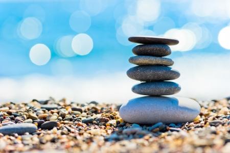 小石のビーチや塔の形に灰色スパ石 写真素材
