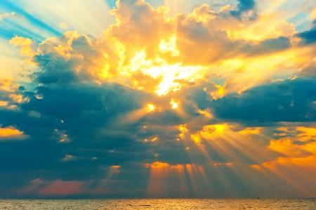Gouden stralen van de zon breekt door de onweerswolken Stockfoto - 25203583
