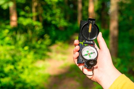 kompas in een vrouwelijke hand verloor in het bos Stockfoto