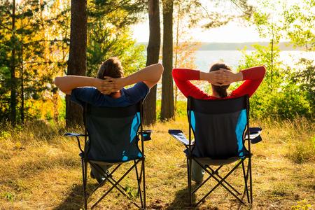 男と女は湖で休む