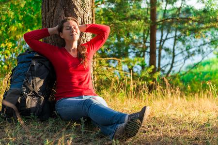stark: stark m�de Backpacker ruhen gegen einen Baum Lizenzfreie Bilder