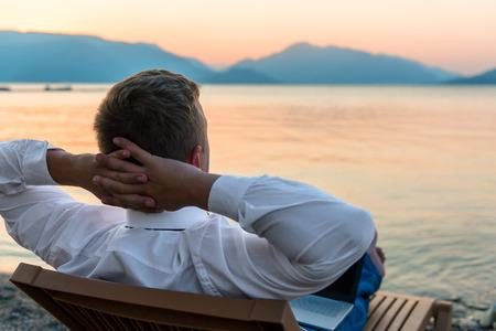 uomo felice: imprenditore gode stare sulla spiaggia