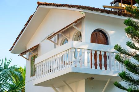 clima tropical: casa blanca con un balc�n en un clima tropical