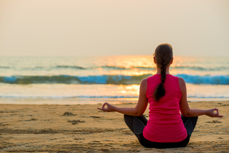 relaxation in the lotus position by the ocean Imagens