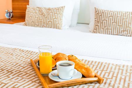 desayuno romantico: la bandeja con el desayuno saludable en la cama en la habitación del hotel