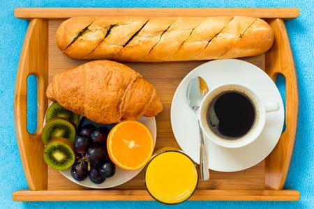 desayuno romantico: Desayuno continental en una bandeja desde arriba un disparo de primer plano Foto de archivo