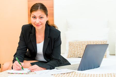 erfolgreiche frau: sch�ne erfolgreiche Frau, die an der Hotelbetten Lizenzfreie Bilder