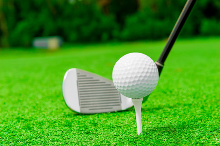 golf ball: Horizontal punter�a el putter y el golf en un c�sped