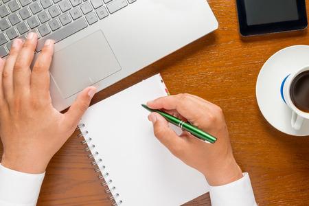 persona escribiendo: manos de un hombre de negocios que trabajan en el equipo y tomar notas