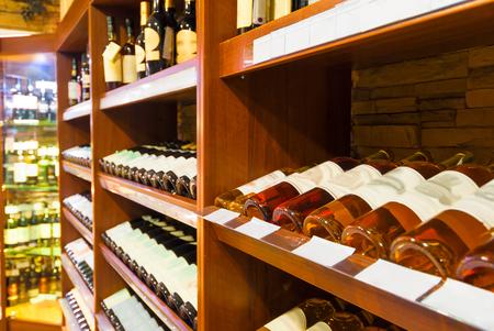 bebidas alcohÓlicas: el contador en el supermercado con bebidas alcohólicas Foto de archivo