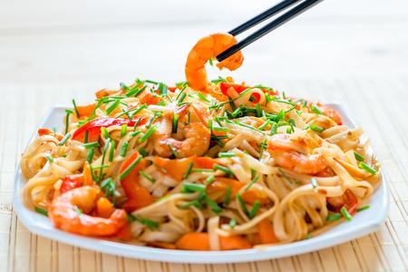 camaron: tallarines chinos con gambas en salsa de soja y verduras Foto de archivo