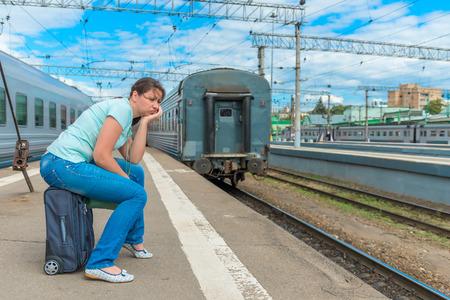 tren: joven angustiado tarde a su tren