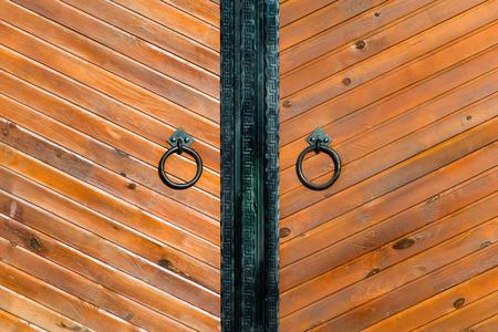 puertas de hierro: tiro horizontal puerta de madera de la vendimia con el anillo de cerca