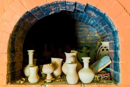 la cerámica en un horno en el taller de cerámica