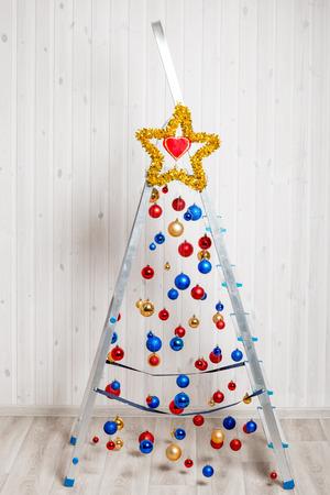 schöne und kreative Weihnachtsbaum von Trittleiter gemacht Standard-Bild