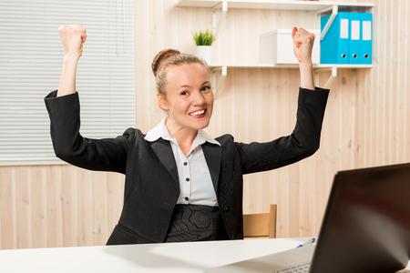 buen trato: Hice una buena oferta !!! Mujer de negocios en la oficina que disfruta de su éxito Foto de archivo
