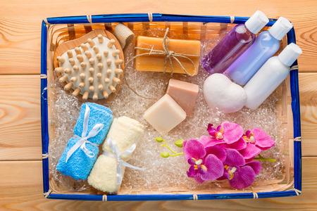 Set de regalo para el cuidado del spa en una vista superior de cesto de paja Foto de archivo - 66814134