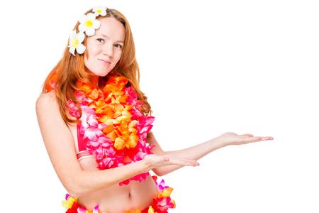 전통적인 옷과 흰색 배경 위에 오른쪽에 하와이 소녀