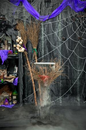 마술 소품이있는 어두운 방에서 마녀의 가마솥에 끓는 물약