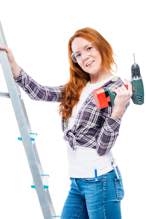 chica con un taladro y una escalera de mano sobre un fondo blanco