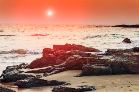 Paysage sombre bord de mer au coucher du soleil à Goa. Teinté. Banque d'images - 95957867