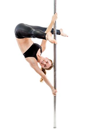 Flexible Trainer in Strumpfhosen und Luft führt Gymnastik auf einem Pylon auf weißem Hintergrund Standard-Bild - 95958138