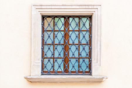 ventana con reja de estilo medieval en el castillo