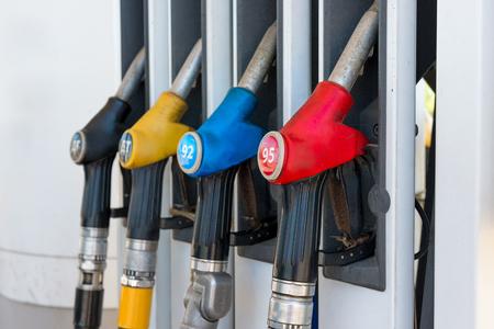 Pistolas de combustible en una gasolinera de cerca