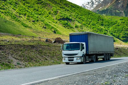Wagon transports cargo on a mountain road in a picturesque place in the Caucasus Stockfoto