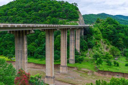 Pont routier sur des supports élevés dans les montagnes pittoresques du Caucase en Géorgie