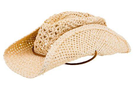 Sombrero de paja de vaquero clásico aislado sobre fondo blanco.