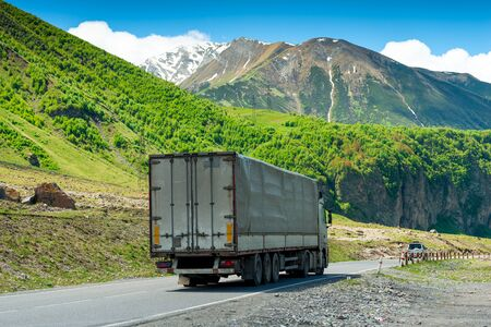 Laden wagon in the mountains on the Georgian Military Road Stockfoto