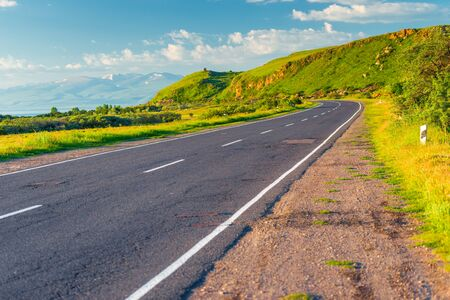 Road serpentine bend in the beautiful picturesque mountains of Armenia, the road is empty Stockfoto