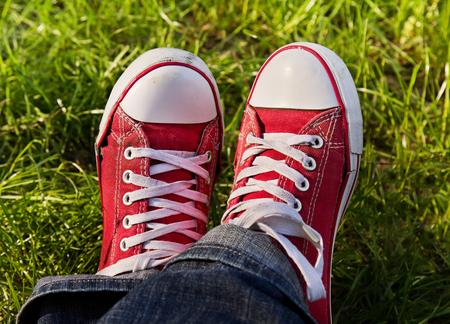 pieds sales: Les pieds dans des baskets rouges sales � l'ext�rieur. Faire premi�re �tape.