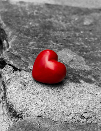 soltería: lonely red heart on a road, symbol of  loneliness, lost love Foto de archivo