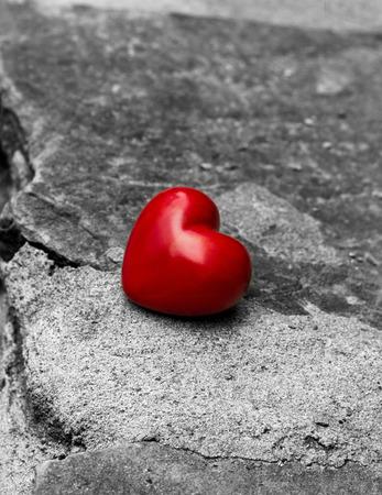 soltería: solitario corazón rojo en un camino, símbolo de la soledad, amor perdido