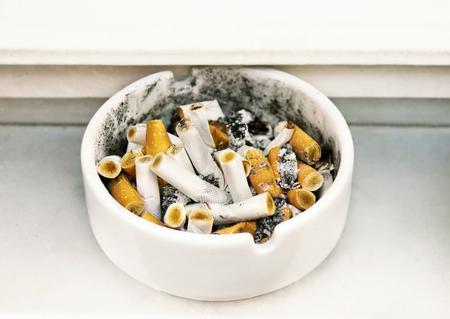 Colillas de cigarrillos en un cenicero de cerámica, fumando en lugares públicos. Foto de archivo - 93343753