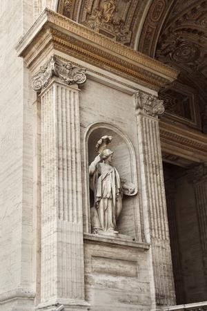 Estatua en la pared exterior de la Basílica de San Pedro en la Ciudad del Vaticano, Roma, Italia.