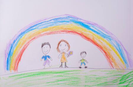 Kinderzeichnung der glücklichen Familie unter dem Regenbogen. Was ein Kinderbild aussagen kann. Standard-Bild
