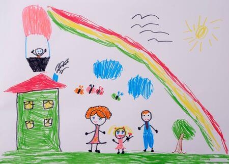 Mama Papa und ich haben eine lustige Familie. Kinderzeichnung der glücklichen Familie unter dem Regenbogen. Was ein Kinderbild aussagen kann. Standard-Bild