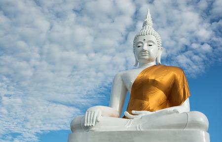 cabeza de buda: Estado de Buda en el fondo de cielo azul